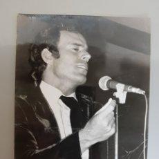 Fotos de Cantantes: ANTIGUA FOTO ORIGINAL INEDITA JULIO IGLESIAS 18X13CM AÑOS 60'. Lote 118428758