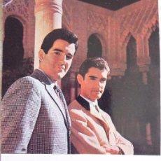 Fotos de Cantantes: P-8500. POSTAL FOTOGRAFICA DUO DINAMICO. FIRMADA Y DEDICADA POR RAMÓN DE LA CALVA.. Lote 128915895