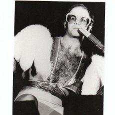 Fotos de Cantantes: ELTON JOHN: MATERIAL PROMOCIONAL -FOTO ORIGINAL CON SELLO X DETRAS- BARCELONA 1984-GAY COMPANY. Lote 140399466