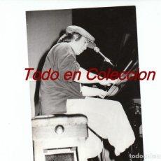 Fotos de Cantantes: ELTON JOHN: MATERIAL PROMOCIONAL -FOTO ORIGINAL CON SELLO X DETRAS- BARCELONA 1984-GAY COMPANY. Lote 140400730