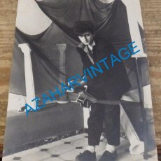 Fotos de Cantantes: SEVILLA, 1987, FOTOGRAFIA ORIGINAL DE ANDRES HERRERA, PAJARO, GUITARRISTA DE SILVIO, RARISIMA. Lote 141707970