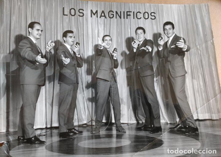 FOTOGRAFIA 13 X 18 CM DE LA ORQUESTA LOS MAGNIFICOS (Música - Fotos y Postales de Cantantes)