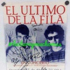 Fotos de Cantantes: EL ÚLTIMO DE LA FILA.CARTEL ORIGINAL CONCIERTO VITORIA 1992. DEDIDACO POR MANOLO Y QUMI PORTET.. Lote 155692810