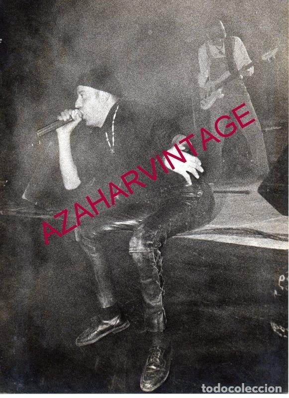 RARISIMA FOTOGRAFIA DE BENITO PEINADO, LIDER DEL GRUPO DE ROCK DULCE VENGANZA,18X24 CMS (Música - Fotos y Postales de Cantantes)