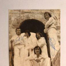 Fotos de Cantantes: 5 CHICS. GRUPO MUSICAL VALENCIANO. POSTAL, CON SUS CANCIONES DE MÁS ÉXITO...(A.1975) FIRMADA. Lote 170203776