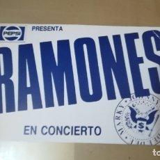 Fotos de Cantantes: POSTAL DE COLECCIÒN DE - RAMONES - DE SU GIRA 1989 POR ESPAÑA, ORIGINAL.TAMAÑO 11 X 17 CMS. Lote 172293423