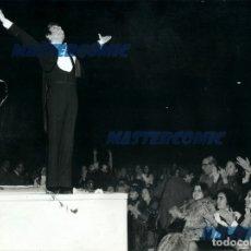 Fotos de Cantantes: FOTO ORIGINAL FOTOGRAFIA RAPHAEL CANTANTE OFRENDANDOSE AL PUBLICO ESPECTACULAR. Lote 175557153