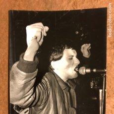 Fotos de Cantantes: JAVIER GURRUTXAGA - FOTOGRAFÍA ORIGINAL B/N CONCIERTO LA ORQUESTA MONDRAGÓN EN BILBAO, FINALES 70S -. Lote 122149999