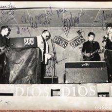 Fotos de Cantantes: DIOS. FOTOGRAFÍA DE CONCIERTO ORIGINAL DEDICADA POR LA BANDA DE DISCOGRÁFICA DRO. AÑOS 80. MOVIDA.. Lote 205462157