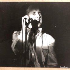 Fotos de Cantantes: MICKY. FOTOGRAFÍA ORIGINAL EN B/N DEDICADA AL DORSO POR EL CANTANTE. AÑOS 80.. Lote 206832600