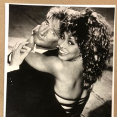 Fotos de Cantantes: ROD STEWART & TINA TURNER. FOTOGRAFÍA ORIGINAL PROMOCIONAL DUETO HOT LEGS (1981).. Lote 207125792