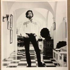 Fotos de Cantantes: ERIC CLAPTON. FOTOGRAFÍA ORIGINAL PROMOCIONAL EN B/N. AÑOS 80.. Lote 207126058