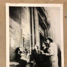 Fotos de Cantantes: LOS SANTOS. FOTOGRAFÍA ORIGINAL EN B/N DE LA BANDA BILBAÍNA. PRIMEROS AÑOS 80.. Lote 210825732