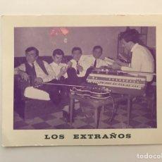 Photos de Chanteurs et Chanteuses: LOS EXTRAÑOS. POSTAL GRUPO MUSICAL DE LA BARCELONA DE 1960. Lote 217918055