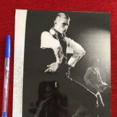 Fotos de Cantantes: F9922 FOTO FOTOGRAFIA ORIGINAL DE PRENSA CANTANTE DAVID BOWIE EN COPENHAGEN (13-12-1981). Lote 220086238