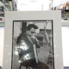 Fotos de Cantantes: FOTO JOHNNY CASH 23.5X9.EN PERFECTO ESTADO.ENMARCADA.FOTO DE 1959. Lote 221755558