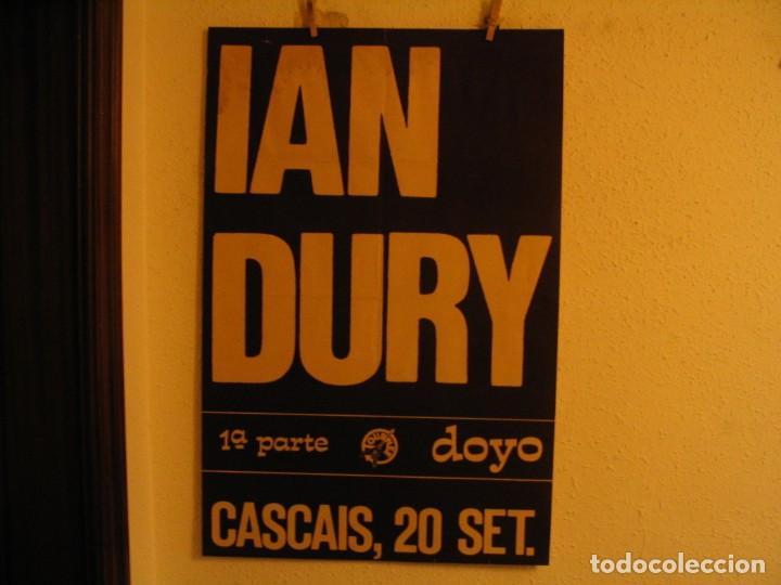 IAN DURY & THE BLOCKHEADS CARTEL ORIGINAL CASCAIS PORTUGAL GIRA 1981 TOUR 89X59 (Música - Fotos y Postales de Cantantes)