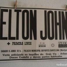 Fotos de Cantores: ELTON JOHN + PRIMERA LINEA CARTEL ORIGINAL BARCELONA 1984 GIRA TOUR 50X70. Lote 236384440