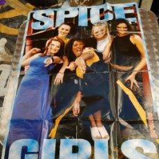 Fotos de Cantantes: SPICE GIRLS , POSTER GIGANTE 84 X 59 CM. Y EN EL REVERSO VARIOS POSTERS MAS DE LAS CANTANTES. Lote 272868763