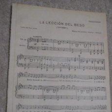 Partituras musicales: LA LECCIÓN DEL BESO, SHYMMY, LETRA DE BRA. JOVER, MÚSICA DE ALBERTO L. BALANZÁ. Lote 235868600