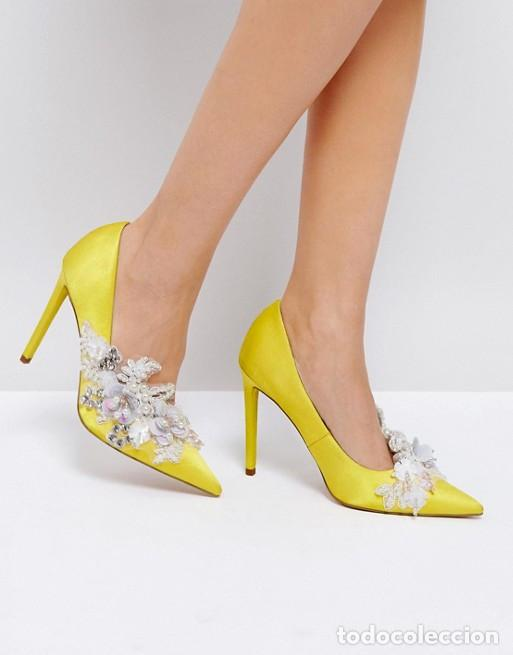 Zapatos de tacón amarillos con adornos talla 38