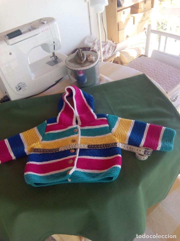 Nuevo: Chaqueta con capucha para bebé de 6 a 12 meses, realizada a mano . A estrenar.. - Foto 2 - 214196162
