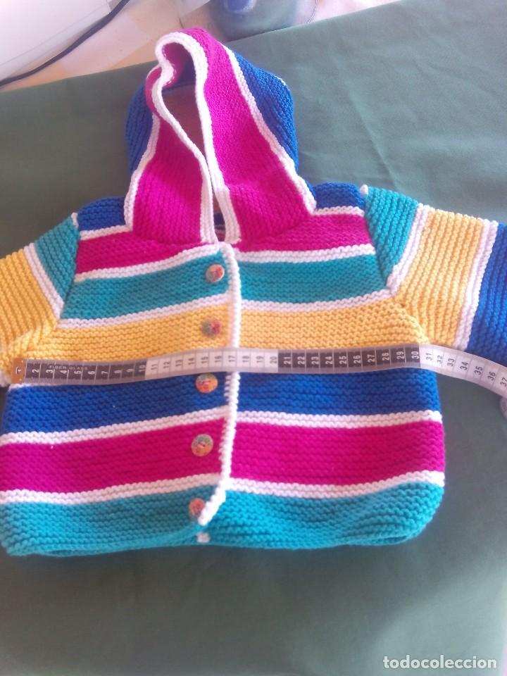 Nuevo: Chaqueta con capucha para bebé de 6 a 12 meses, realizada a mano . A estrenar.. - Foto 3 - 214196162
