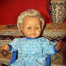 Outras Bonecas da Famosa: MUÑECO CUERPO BLANDO CON TRAJE - MOCHILA DE FAMOSA TIPO NENUCO. Lote 229784045