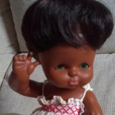 Otras Muñecas de Famosa: CURRINA DE FAMOSA NEGRA, CON ROPA ORIGINAL. Lote 47844592