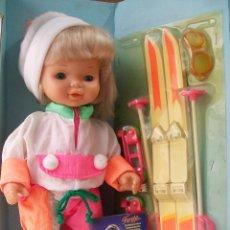 Otras Muñecas de Famosa: NIEVES ESQUIA Y PATINA DE FAMOSA AÑO 1993 EN SU CAJA. Lote 33940039