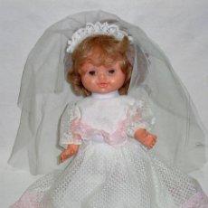 Otras Muñecas de Famosa: MUÑECA KIKA DE FAMOSA VESTIDO COMUNION. ANDADORA. FUNCINANDO. AÑOS 60-70. Lote 52957885