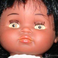 Otras Muñecas de Famosa: MUÑECA NEGRITA NEGRA IBERICA COMERCIAL CON TRAJE ORIGINAL DE NENUCA. Lote 53942100