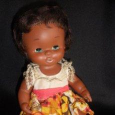 Otras Muñecas de Famosa: MUÑECA CURRINA NEGRA DE FAMOSA AÑOS 70 OJOS MARGARITA Y ROPA ORIGINAL 27 CM. Lote 55818843