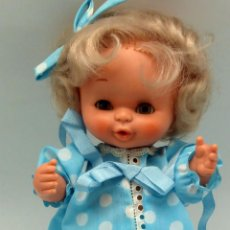 Otras Muñecas de Famosa: CURRINA MUÑECA FAMOSA CON ROPA ORIGINAL Y CAPAZO MIMBRE AÑOS 70. Lote 79771521