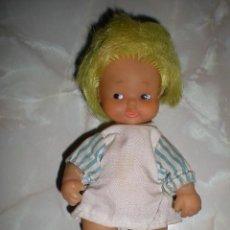Otras Muñecas de Famosa: PRECIOSA BARRIGUITAS DE FAMOSA ANTIGUA CARDITO LUMINOSO AMARILLO+ BABY Y CALCETINES DE REGALO. Lote 80837251