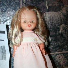 Otras Muñecas de Famosa: ANTIGUA MUÑECA DE FAMOSA ANDADORA CON ROPA ORIGINAL LEILA. Lote 106680359