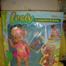 Otras Muñecas de Famosa: MUÑECA LESLY TU COMPAÑERA FOOTING, DE FAMOSA, AÑO 1993, FUNCIONA, NUEVA SIN ABRIR.. Lote 107488851