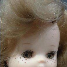 Otras Muñecas de Famosa: MUÑECA LESLIE LESLI LESLY FAMOSA AÑOS 70 PASEO ANILLO OSCURO IRIS 7 SIETE PECAS DE ORIGEN. Lote 109425587