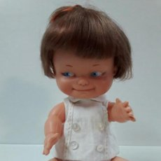 Otras Muñecas de Famosa: ANTIGUA MUÑECA DE FAMOSA . MARCADA EN NUCA . ALTURA SENTADA 20 CM. Lote 112037879