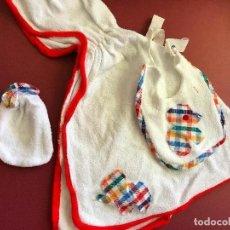 Otras Muñecas de Famosa: ROPITA ALBORNOZ BABERO ACCESORIOS BABY MOCOSETE NENUCO AÑOS 70. Lote 112165571