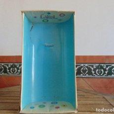 Otras Muñecas de Famosa: CAJA DE LA MUÑECA CAROL DE FAMOSA SOLO LA CAJA NO TIENE LA TAPA DE PLASTICO. Lote 112376507