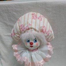 Otras Muñecas de Famosa: ANTIGUO PERCHERO DE MUÑECA ARLEQUÍN DE INDUSTRIAS LAYNA . Lote 118292691