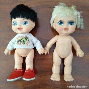 2 muñecas de famosa - 36cm - Camiseta punk - Zapatos patucos rojos
