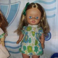 Otras Muñecas de Famosa: BONITA MUÑECA LEILA ANDADORA DE FAMOSA RUBIA CERVEZA AÑO 70 FUNCIONANDO ROPA ORIGINAL LEE DESCRIPCIO. Lote 125403831