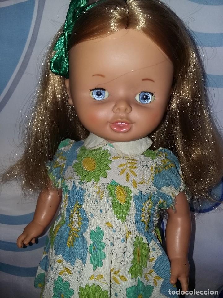 Otras Muñecas de Famosa: bonita muñeca leila andadora de famosa rubia cerveza año 70 funcionando ropa original lee descripcio - Foto 2 - 125403831