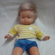 Otras Muñecas de Famosa: ANTIGUO MUÑECO MUÑECA NENUCO BEBE CON ROPA ORIGINAL . Lote 129703235