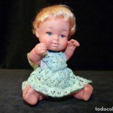 Otras Muñecas de Famosa: ANTIGUA MUÑECA SIMILAR A BARRIGUITAS DE FAMOSA. SIN MARCA. VESTIDO Y GORRO GANCHILLO. 16 CM. 1969-70. Lote 138661310