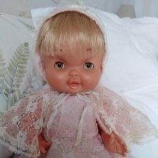 Otras Muñecas de Famosa: MAY DE FAMOSA CON DIFÍCIL TRAJE DE BAUTIZO. Lote 139312106