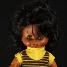 Otras Muñecas de Famosa: RARA MUÑECA EVA DE VICMA NEGRITA CON VESTIDO ORIGINAL. Lote 158514506