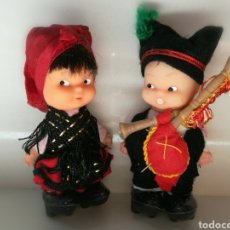 Altre Bambole di Famosa: MUÑECOS TIN TAN DE FAMOSA TINTAN CON TRAJES REGIONALES ASTURIANOS, GALLEGOS, LLEVAN ZUECOS. Lote 161667405